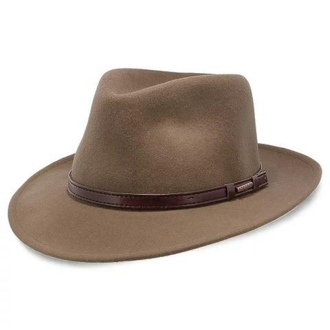 Johnny Depp porte un fedora marron avec une grande couronne et un large bord comme celui-ci.