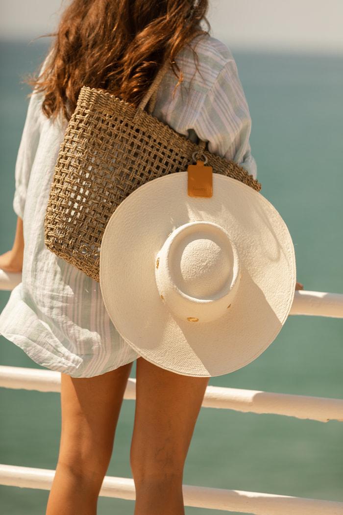 Porte-chapeau voyageant avec le chapeau